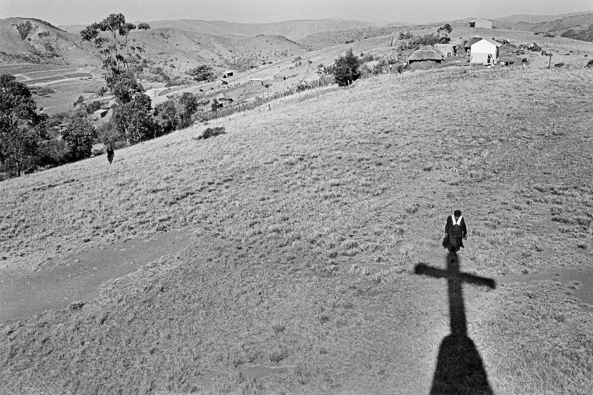 Cedric Nunn, Arriving at the local church, Mahlatini, KwaZulu-Natal, 1986 ©Cedric Nunn